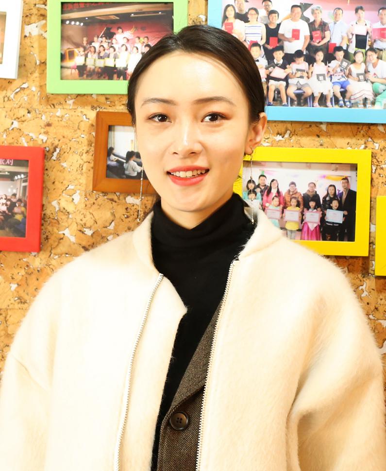 钢琴教师  张曼琪